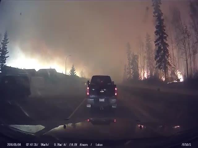 Эвакуация из охваченного пламенем Форта МакМюррей