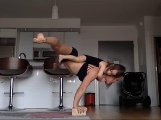 Необычная акробатика в исполнении молодой мамы