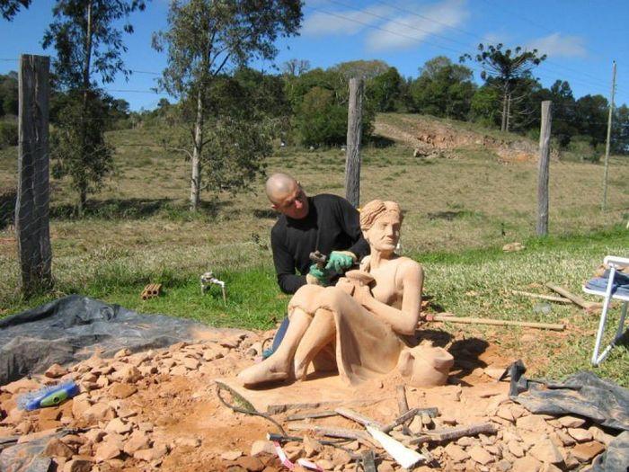 Замечательная скульптура из обычного камня (16 фото)