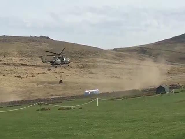 Военный вертолет сдул биотуалеты