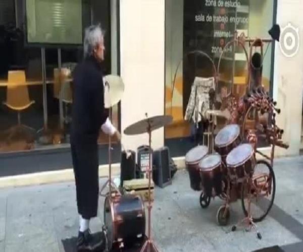 Музыкант-жонглер на улицах Сарагосы