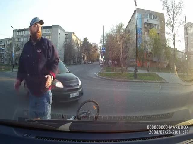 ДТП с велосипедистом, похожим на актера Зака Галифианакиса
