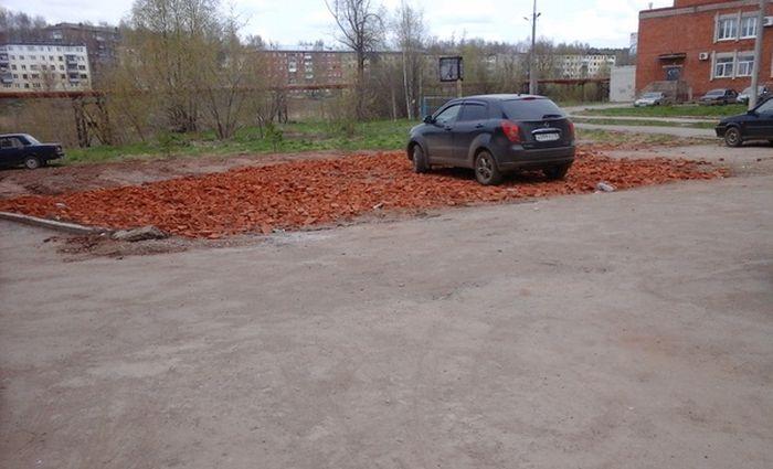 Необычная парковка от удмуртских строителей (2 фото)