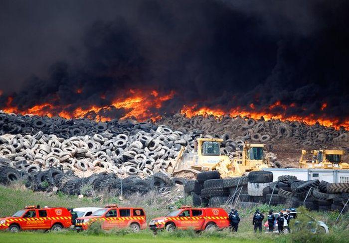 В Испании горит крупнейшая в Европе свалка покрышек (10 фото + 2 видео)