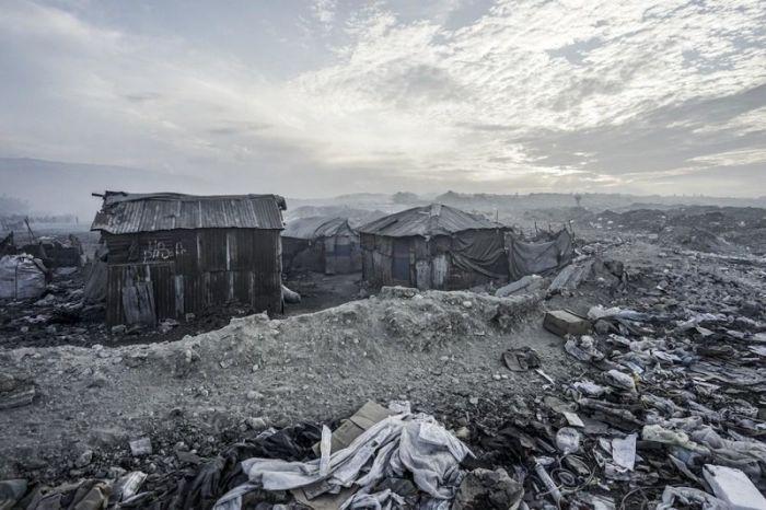 Жизнь обитателей огромной свалки на Гаити (11 фото)