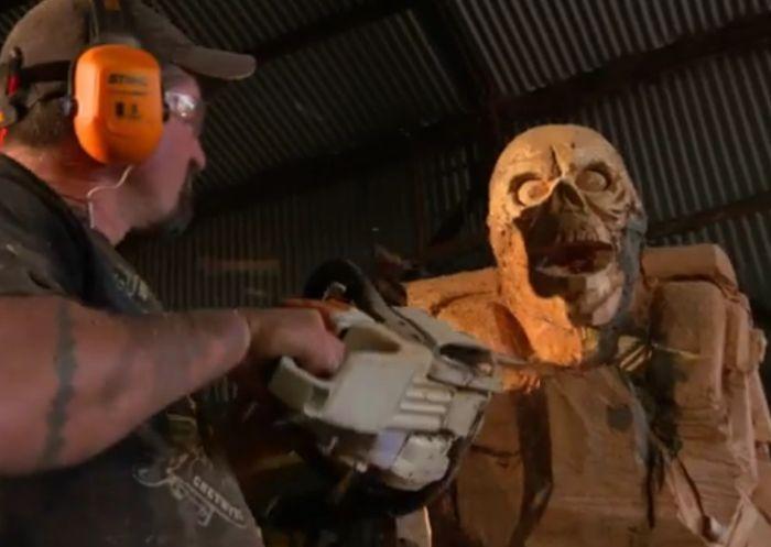 Деревянная скульптура демона Revenant из игры DOOM (16 фото)