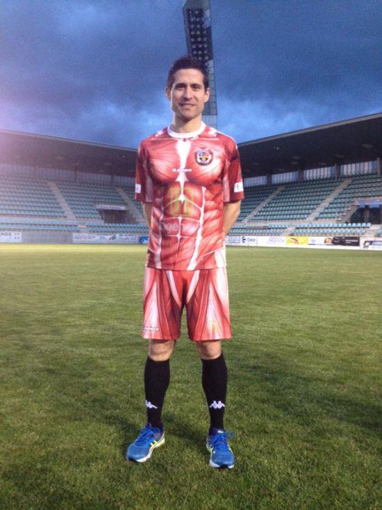 Футбольный клуб «Депортиво Паленсия» представил форму с человеческими мышцами без кожи (6 фото)