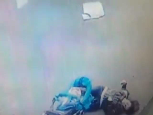 Козырек упал на голову матери с ребенком