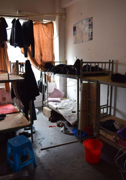 Британские журналисты показали условия жизни сборщиков iPhone (29 фото)