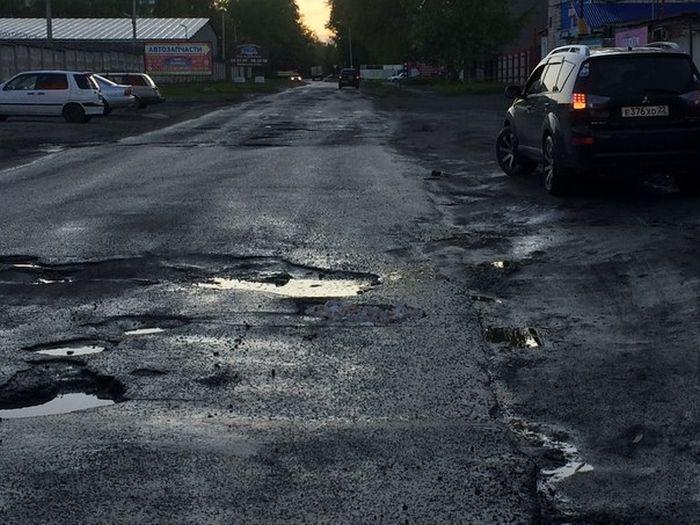 В Барнауле засыпали ямы слепками зубов (5 фото)