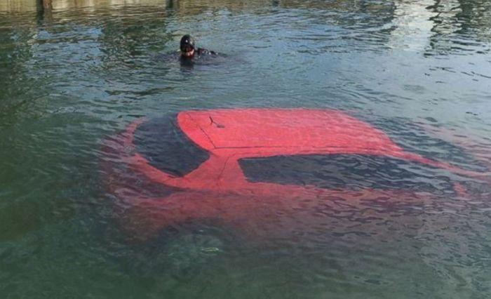 Следуя указаниями навигатора, канадка оказалась в озере (3 фото)
