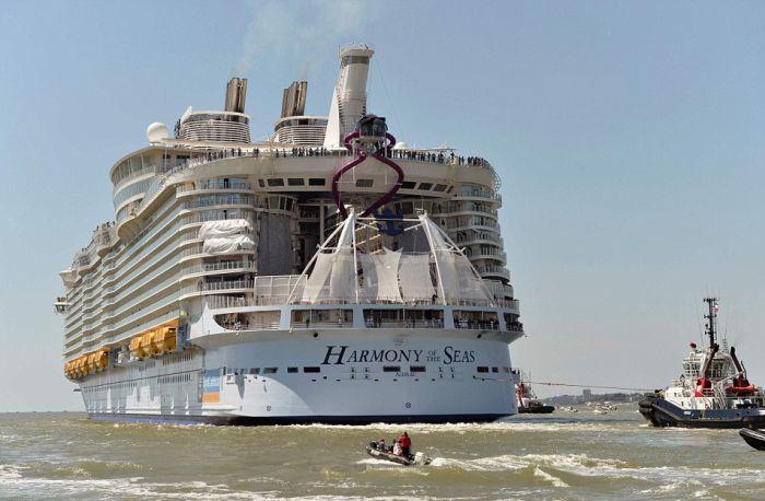 Самый большой в мире круизный лайнер Harmony of the Seas отправился в первое плавание (15 фото)
