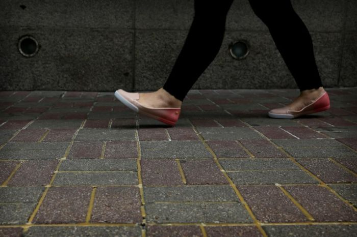 В Гонконге заклеили брусчатку, чтобы её не смогли бросать в высокопоставленного чиновника (2 фото)