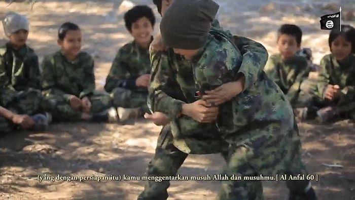Дети на службе ИГИЛ (9 фото + видео)