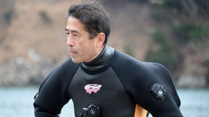 Японец на протяжении нескольких лет пытается найти тело своей супруги, погибшей во время цунами (7 фото)