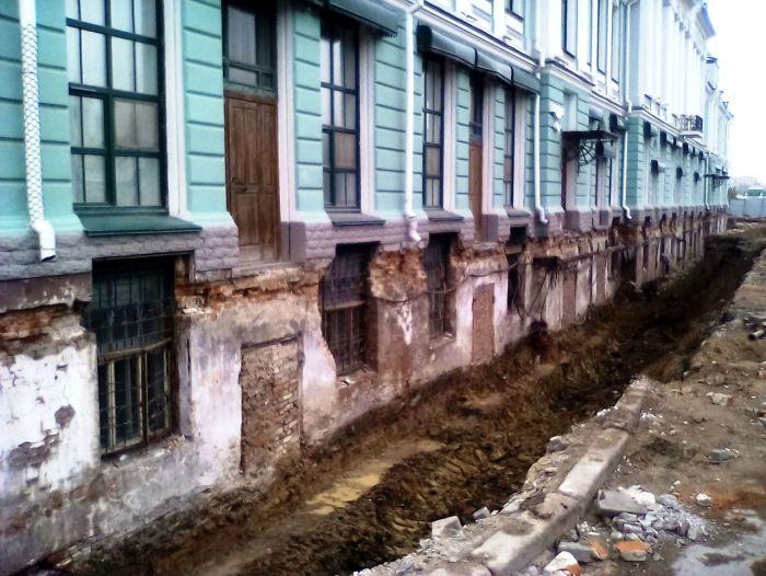В Омске очистили от грунта цокольный этаж старинного здания (2 фото)