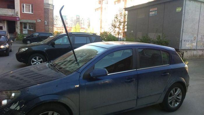 В Санкт-Петербурге автомобилю ломом проткнули лобовое стекло (2 фото)