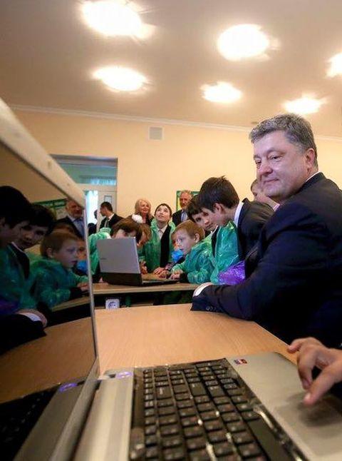 Пользователей сети озадачило фото Петра Порошенко со школьниками в полиэтиленовых накидках (фото)