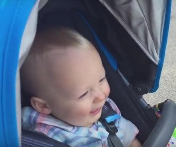 Падение скейтбордиста позабавило малыша