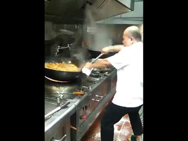 Шеф-повар и огромная сковорода