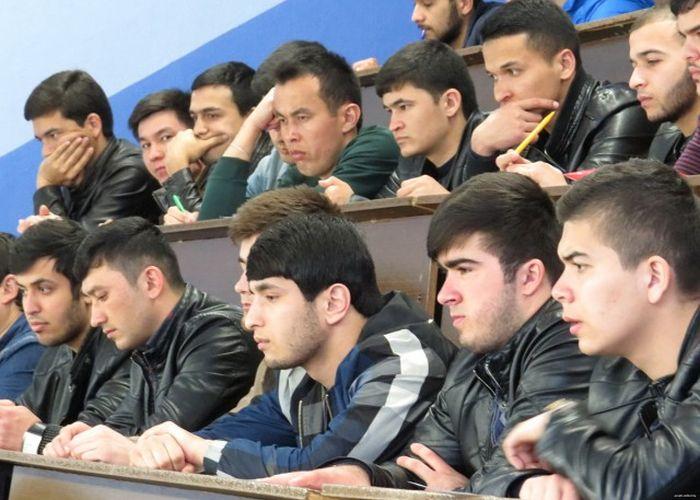 Таджикских пятикурсников белорусского ВУЗа показательно выдворяют из страны (6 фото)