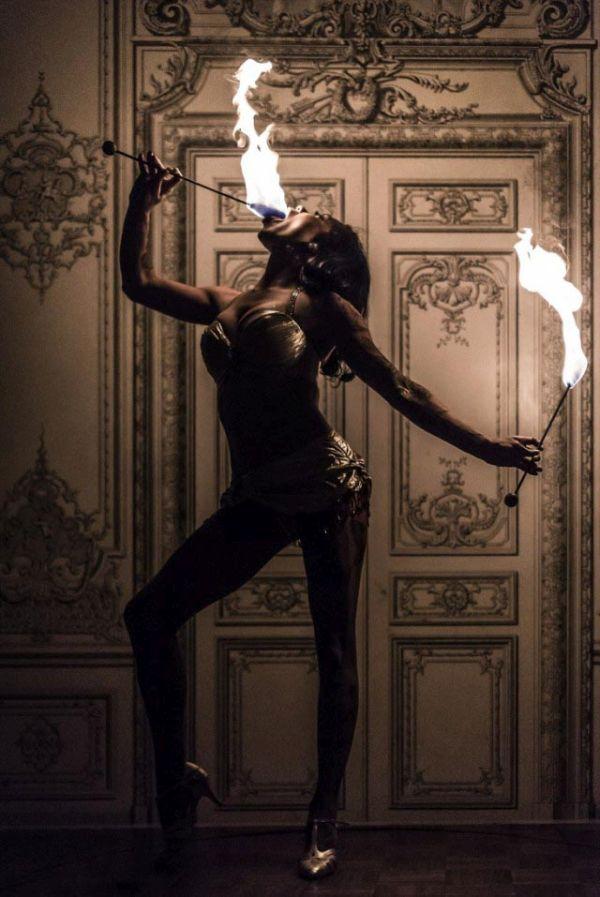 Бывшая мормонка стала самым необычным глотателем мечей в мире (17 фото)
