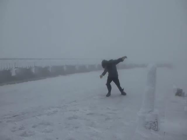 Мужчина против ветра скоростью 160 км/ч