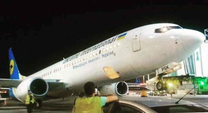В аэропорту Тель-Авива украинский самолет завалился на хвост (2 фото)
