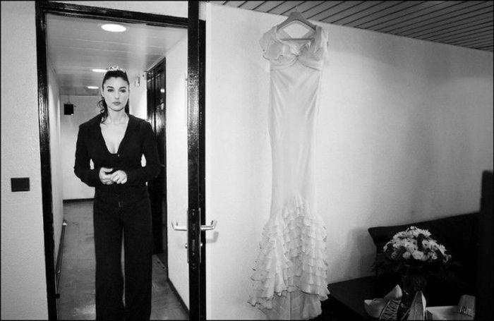 Фотосессия Моники Белуччи за кулисами 56-го Каннского кинофестиваля, 2003 год (25 фото)
