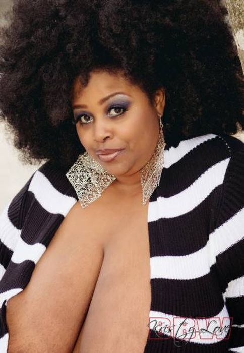 Женщина зарабатывает до 1300 долларов ежедневно, делая массаж своей огромной грудью (13 фото)
