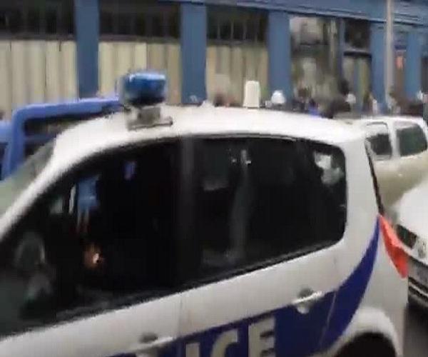 В Париже протестующие напали на полицейский автомобиль