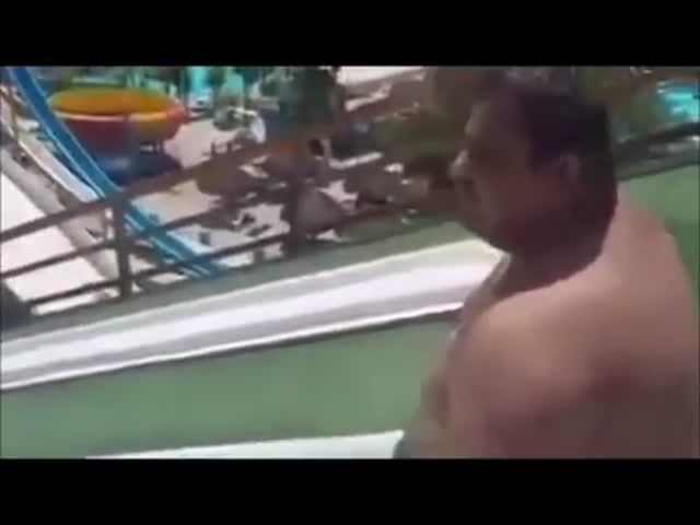 Полный мужчина в аквапарке