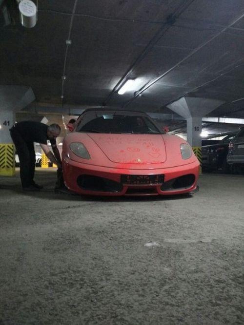 В Екатеринбурге судебные приставы изъяли заложенный по кредиту суперкар Ferrari (4 фото + видео)