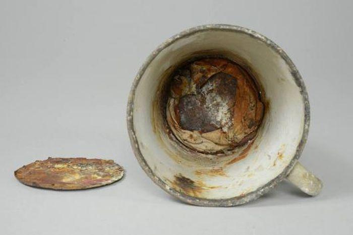 Клад в кружке из музея Освенцима (7 фото)