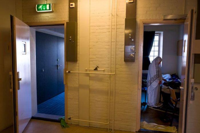 Голландскую тюрьму превратили в общежитие для беженцев (12 фото)