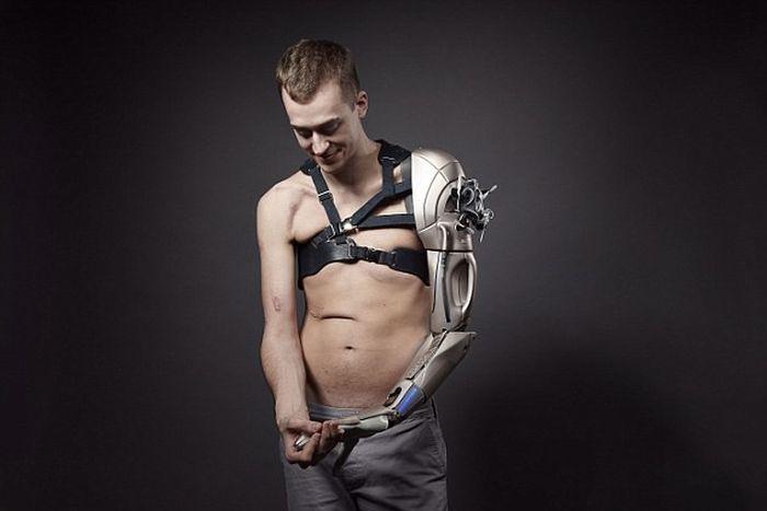 Британец получил бионическую руку, которую для него изготовили разработчики игр и спецэффектов в кино (5 фото)