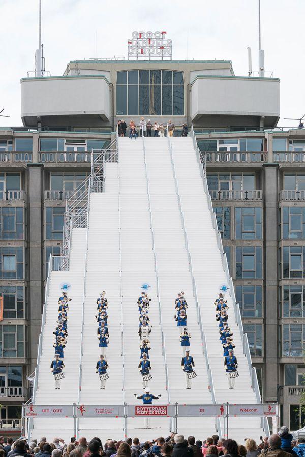 В центре Роттердама появилась огромная лестница, ведущая на крышу Центра оптовой торговли (6 фото)
