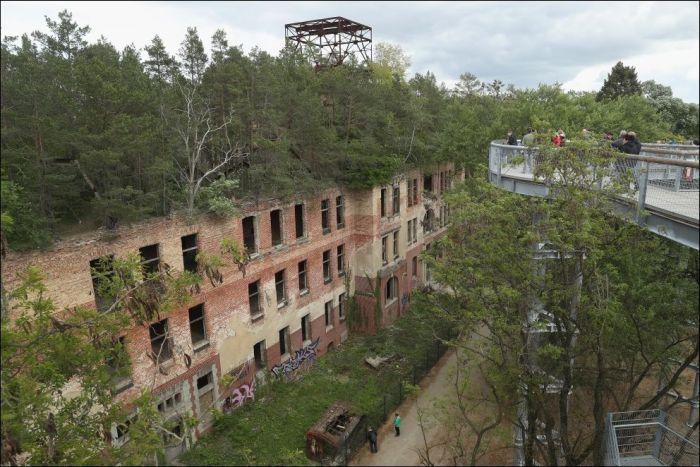 Необычный музей в заброшенном военном госпитале Белиц Хайльштеттен (11 фото)