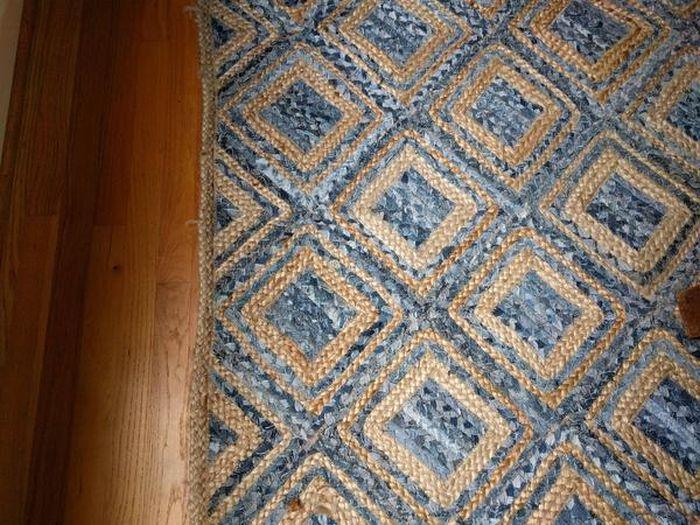 Необычная находка на ковре (4 фото)