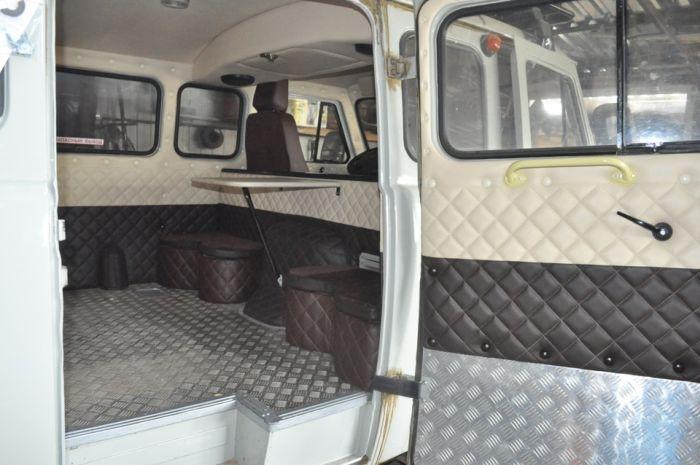 УАЗ «Буханка» с необычным интерьером (14 фото)