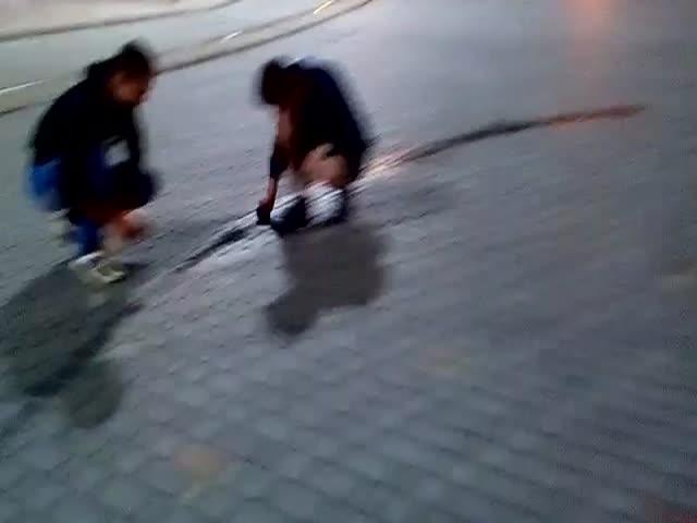Полицейские заставили водителей отмыть брусчатку от следов шин