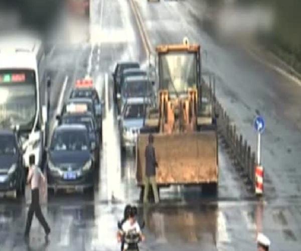 В Китае неадекватный водитель бульдозера таранил машины и давил людей