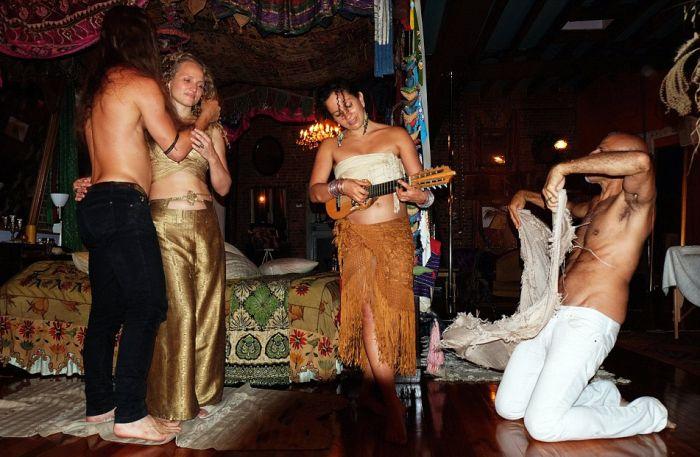 Развратные вечеринки в доме американского миллионера и его молодого супруга (19 фото)