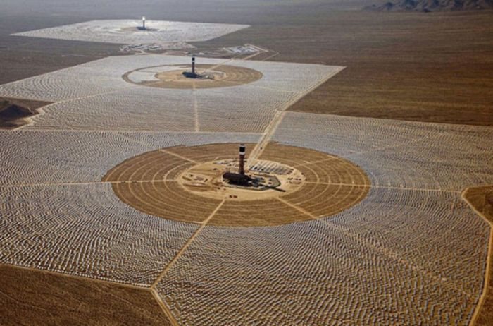 В Калифорнии произошел пожар на крупнейшей в мире солнечной электростанции (2 фото)