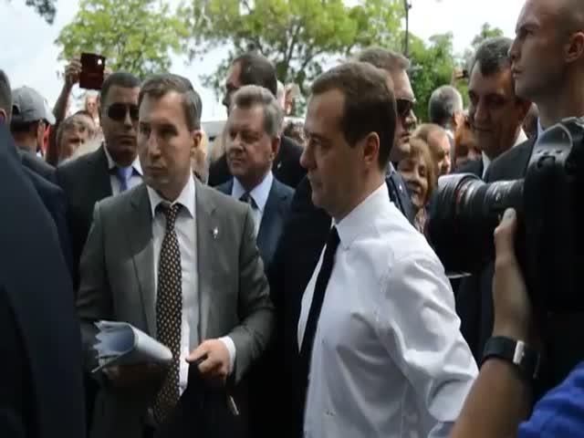 Дмитрий Медведев: «Денег нет, но вы держитесь»