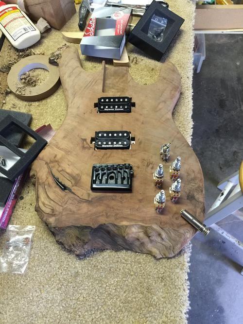 Самодельная электрогитара из красного дерева (16 фото)