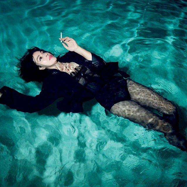 Моника Белуччи снялась в новой фотосессии в бассейне (8 фото)