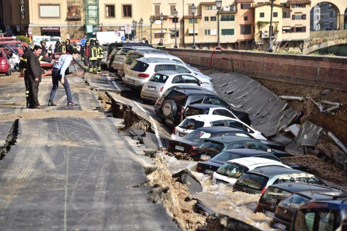 Во Флоренции более 20 автомобилей провалились в реку Арно (7 фото)
