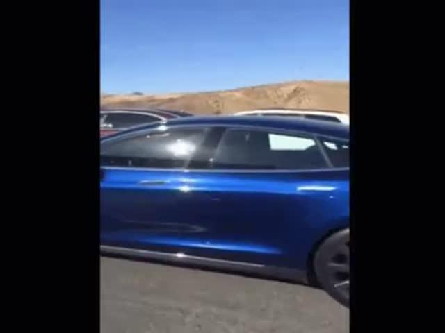 Водитель спит за рулем электрокара Tesla Model S