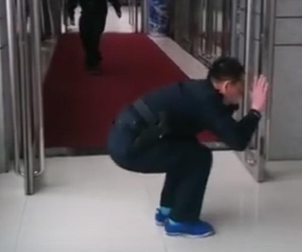 Охранники подшутили над своим коллегой